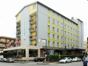 Il Jolly Hotel Aretusa è ubicato lungo il centrale Corso Gelone