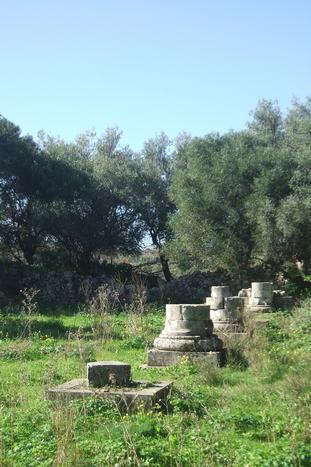 Noto Antica, tronchi di colonne superstiti della Chiesa del Carmine